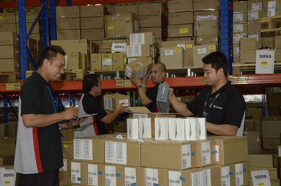 globe-subscribers-rejoice-the-much-awaited-first-batch-of-iphone-5-already-hits-the-globe-warehouse-today.jpg